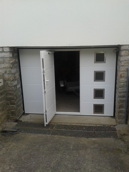 Porte de garage dam menuiseries menuisier theix vannes 56 - Porte avec chatiere integree ...