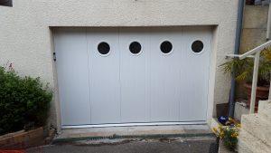 Porte de garage coulissante avec hublots