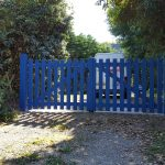 Portail de clôture en bois bleu sur mesure