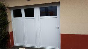 Porte de garage avec 2 vantaux ouvrant et 1 porte de service