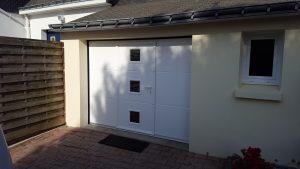 Porte de garage sectionnelle hublots et portillon