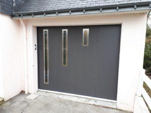 Porte garage sectionnelle avec hublots réseau